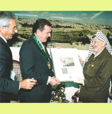 Receiving an autogramm from Schröder and Arafat