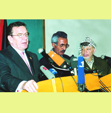 Schröder and Arafat holding a press conference in Gaza